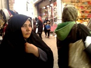Mulher num bazar em Teerã (Irã)
